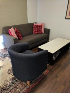 A seating area at Newly Built - Cosy 2 bedroom Home in Katoomba