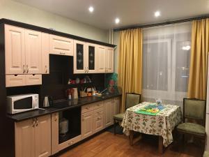 A kitchen or kitchenette at Новые апартаменты рядом с пляжем