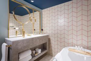 A bathroom at Naumi Auckland Airport Hotel