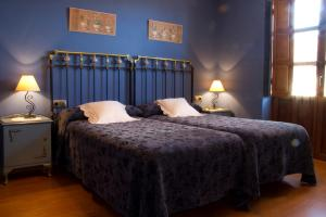 A bed or beds in a room at Hotel Rural La Veleta