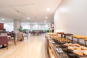 Un restaurante o sitio para comer en Eurostars Ciudad de La Coruña
