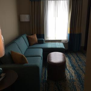 A seating area at Hampton Inn & Suites Stroudsburg Bartonsville Poconos