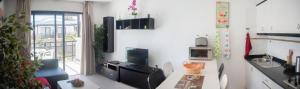Una televisión o centro de entretenimiento en Sea View Apartment Amaya 1