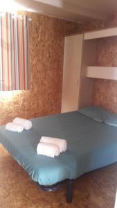 Uma cama ou camas num quarto em Parque de Campismo da Praia da Barra