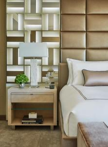A bed or beds in a room at Viceroy L'Ermitage Beverly Hills