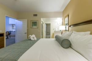A bed or beds in a room at Grand Pacific Palisades Resort