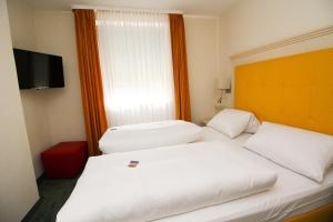 A bed or beds in a room at Hotel Leopold