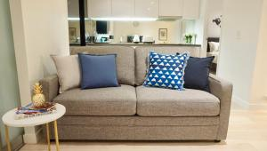 A seating area at Melbourne CBD Harbour View Home