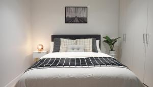 A bed or beds in a room at Melbourne CBD Harbour View Home