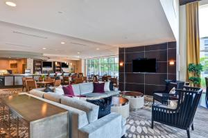 The lounge or bar area at DoubleTree by Hilton Baton Rouge