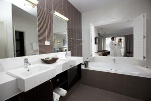 A bathroom at Macquarie 4 Star
