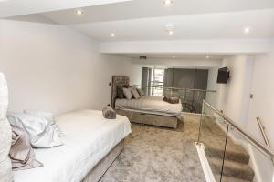 A bed or beds in a room at Huddersfield Central Apart Suites
