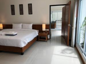 A bed or beds in a room at Crystal Lamai Hotel