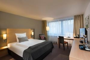 A bed or beds in a room at Mercure Hotel Düsseldorf Neuss