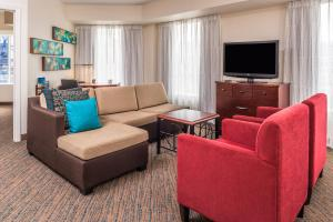 A seating area at Residence Inn Pittsburgh North Shore