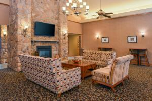 A seating area at Homewood Suites by Hilton Allentown-West/Fogelsville