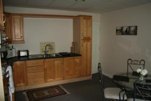 A kitchen or kitchenette at Kerngrove Manor