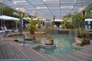 בריכת השחייה שנמצאת ב-ספא וילג או באזור