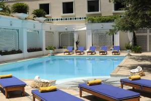 בריכת השחייה שנמצאת ב-Royal Olympic Hotel או באזור