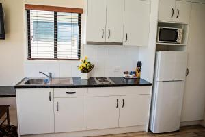 A kitchen or kitchenette at The Gallery Motor Inn