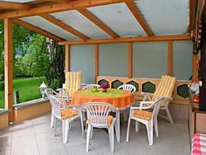 Ein Restaurant oder anderes Speiselokal in der Unterkunft Haus Grüllich