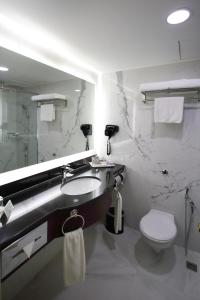 A bathroom at Corus Hotel Kuala Lumpur