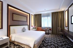 A bed or beds in a room at Corus Hotel Kuala Lumpur