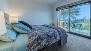 A bed or beds in a room at SWEEPING VIEWS - FREE WIFI & NETFLIX - PET FRIENDLY (OUTSIDE ONLY)