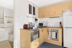 A kitchen or kitchenette at Bright Central Pad with Rooftop Pool, Gym & Parking