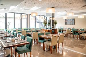 A restaurant or other place to eat at ABC Hotel Porto - Boavista