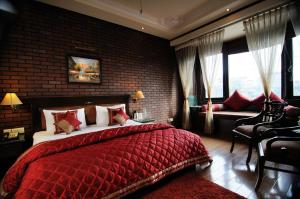 A bed or beds in a room at Hotel Diplomat Residency