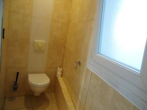 A bathroom at Camelia Prestige - Place de la Nation