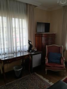 A television and/or entertainment center at B&B Les Hirondelles