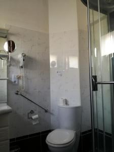 A bathroom at B&B Les Hirondelles