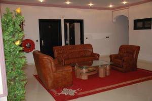 A seating area at Hotel Benhama