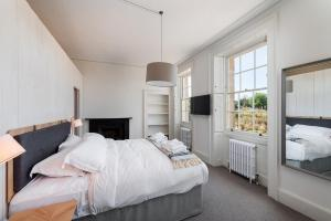 A bed or beds in a room at Rooms by Bistrot Pierre