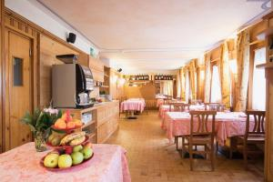 A restaurant or other place to eat at Albergo K2