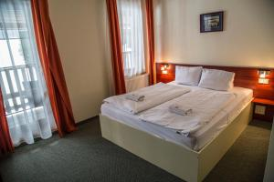 A bed or beds in a room at Hotel Ochsendorf