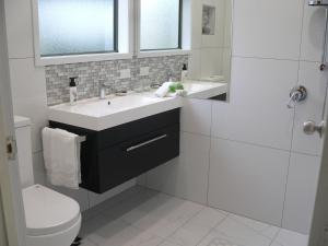 A bathroom at Molyneux House