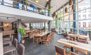 A restaurant or other place to eat at Hotel am Fjord