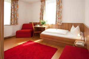 A bed or beds in a room at Hotel Drei Löwen