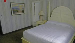 A bed or beds in a room at Cape Codder Resort & Spa