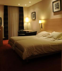 A bed or beds in a room at Hotel Escapade