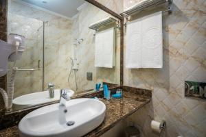 A bathroom at Marsel Hotel