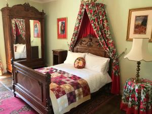 A bed or beds in a room at Serendipity