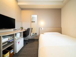 A bed or beds in a room at Super Hotel Shinyokohama