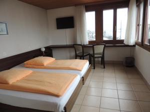 Ein Bett oder Betten in einem Zimmer der Unterkunft Hotel Flüelerhof B&B Garni Rustico