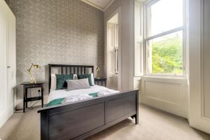 A bed or beds in a room at 32 Victoria Crescent Road