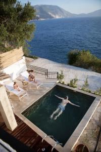 A view of the pool at Villa Vivere or nearby
