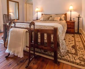 A bed or beds in a room at Waverley Bed & Breakfast